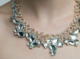 ダイヤモンドネックレスを着ける